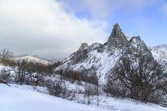 Picos coronados de nieve de la montaña rocosa Imágenes de archivo libres de regalías