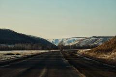 Picos coronados de nieve de las montañas de Ural fotografía de archivo