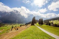 Picos, corrientes y prados de montaña en Grindelwald, Suiza Fotografía de archivo