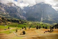 Picos, corrientes y prados de montaña en Grindelwald, Suiza Foto de archivo