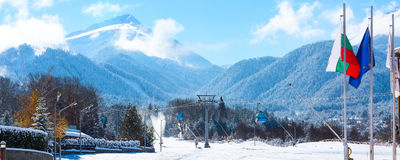 Picos da cabine e da neve do teleférico de Bansko, Bulgária imagem de stock royalty free
