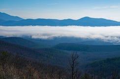 Picos da lontra e do vale nevoento imagem de stock royalty free