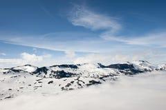 Picos das montanhas acima das nuvens, opinião de Dalsnibba da montanha ao fiorde de Geiranger, Noruega Fotos de Stock Royalty Free
