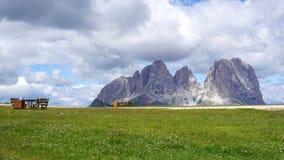 Picos de dolomías en verano con los lugares de descanso para los caminantes Fotos de archivo libres de regalías