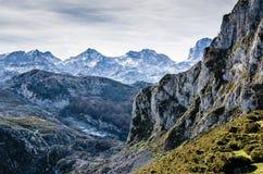 Picos de Europa, Asturien Scharfe Berge bedeckt durch Schnee mit lizenzfreie stockfotografie