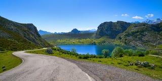 Picos de Europa Enol sjö i Asturias Spanien royaltyfri bild