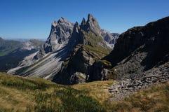 Picos de Geisler no parque natural de Puez Geisler Imagens de Stock