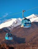 Picos de la cabina y de la nieve del teleférico de Bansko, Bulgaria Foto de archivo