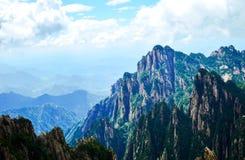 Picos de la montaña del amarillo de Huangshan debajo de la nube y del cielo azul imágenes de archivo libres de regalías