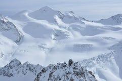 Picos de la nieve en las montañas austríacas Foto de archivo