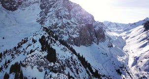 Picos de la nieve situados en la garganta de Tuyuk su Cerca de la ciudad de Almaty Tiroteo con el abejón almacen de metraje de vídeo