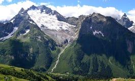 Picos de montaña agudos en Dombay Foto de archivo libre de regalías