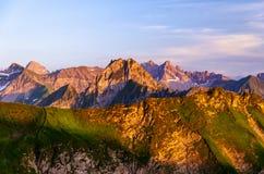 Picos de montaña alrededor del Nebelhorn imagen de archivo
