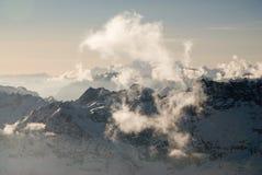 Picos de montaña brumosos Foto de archivo libre de regalías
