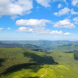 Picos de montaña de Cárpatos y del cielo azul imagen de archivo libre de regalías