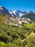 Picos de montaña capsulados nieve Fotos de archivo