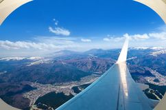 Picos de montaña de Carphatian del aeroplano fotos de archivo