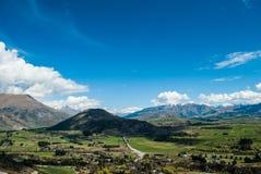 Picos de montaña con el prado de la nieve, Nueva Zelanda Foto de archivo