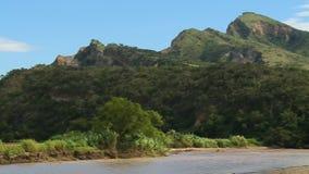 Picos de montaña con el río almacen de video
