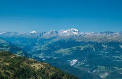 Picos de montaña con nieve Imágenes de archivo libres de regalías