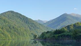Picos de montaña con reflexiones del agua Imágenes de archivo libres de regalías
