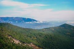 Picos de montaña cubiertos con los árboles Fotografía de archivo libre de regalías
