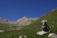 Picos de montaña debajo de los cielos azules imagen de archivo