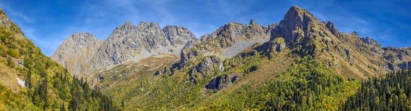 Picos de montaña en el lago Kardyvaya Rusia, reserva caucásica de la biosfera Fotografía de archivo