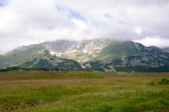 Picos de montaña en el parque nacional Durmitor en Montenegro Foto de archivo libre de regalías