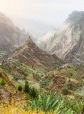 Picos de montaña en el valle de Xo-Xo de la isla de Santa Antao en Cabo Verde Paisaje de muchas plantas cultivadas en el valle Foto de archivo