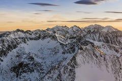 Picos de montaña en la nieve Foto de archivo libre de regalías