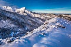 Picos de montaña en la salida del sol en invierno Imagenes de archivo