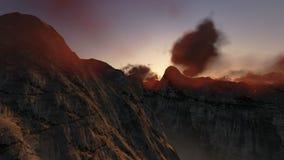 Picos de montaña en la salida del sol, opinión del helicóptero, cantidad común almacen de metraje de vídeo