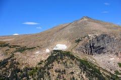Picos de montaña en las montañas rocosas imagenes de archivo