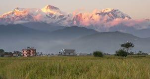 Picos de montaña en luz de la salida del sol almacen de metraje de vídeo