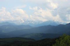 Picos de montaña en niebla Fotografía de archivo