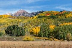 Picos de montaña en otoño Fotos de archivo