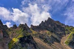 Picos de montaña expuestos a resistir la erosión Imagen de archivo