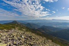 Picos de montaña gorgany y majestuosos verdes Imagenes de archivo