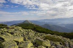 Picos de montaña gorgany y majestuosos verdes Fotografía de archivo