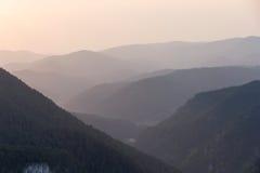 Picos de montaña hermosos en puesta del sol Fotografía de archivo
