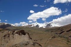 Picos de montaña a lo largo del camino del paso de montaña del La de Taglang en Ladakh, la India Fotografía de archivo libre de regalías