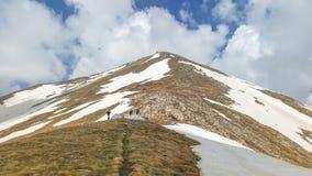 Picos de montaña majestuosos cubiertos con nieve y cielos azules de elevación fotografía de archivo libre de regalías
