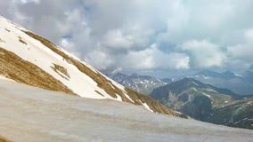 Picos de montaña majestuosos cubiertos con nieve y cielos azules de elevación imagen de archivo libre de regalías