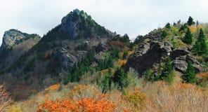 Picos de montaña negros en el NC imágenes de archivo libres de regalías