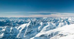 Picos de montaña Nevado en el Tirol frío Imagenes de archivo