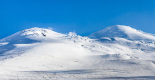 Picos de montaña Nevado Vista del monte Elbrus del norte, Cauca Imagenes de archivo