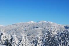 Picos de montaña nevados Fotografía de archivo libre de regalías