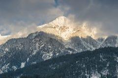 Picos de montaña nevados Fotografía de archivo