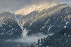 Picos de montaña nevados Imagenes de archivo